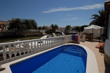 Cozy villa with swimmingpool and boat dock at the grand canal of Empuriabrava